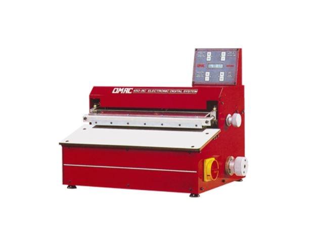 Machine à remborder en automatique pour le rembordage des pièces droites à froid ou à chaud