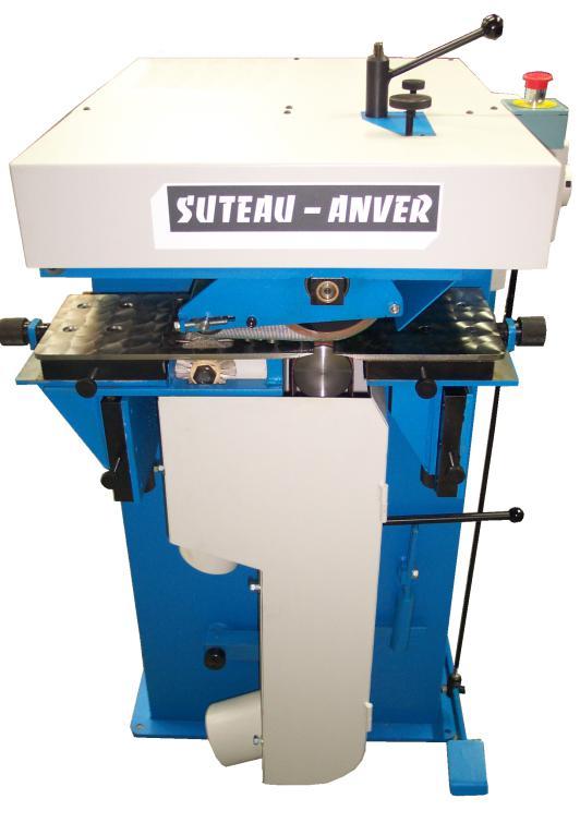 Machine à carder les semelles avant collage et soudage